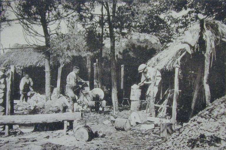 Huttes de sabotiers dans la forêt de Carnoët. Carte postale, vers 1900 (coll. part.)
