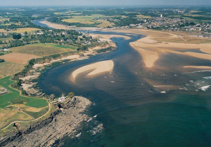Vue aérienne de l'embouchure de la Laïta ( photo : service hydrographique et océanographique de la Marine, Brest)
